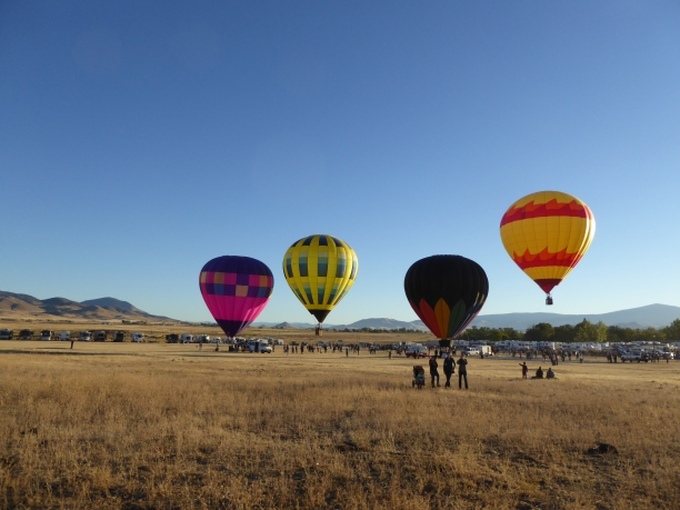 P1010875 4 balloons + women