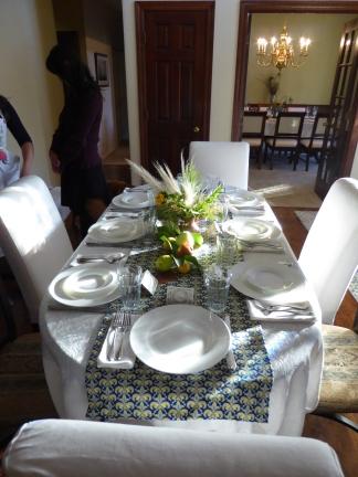 GL P1020865 table with decor